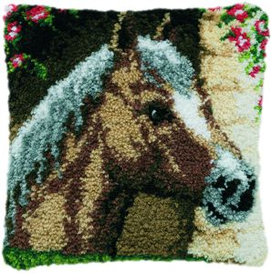 knoopkussen paard in stal